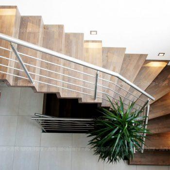 Escalier_design-autoporteur_marches-contre-marches_1-quart-tournant_bois-teinte_garde-corps-inox_01-artescaliers-1