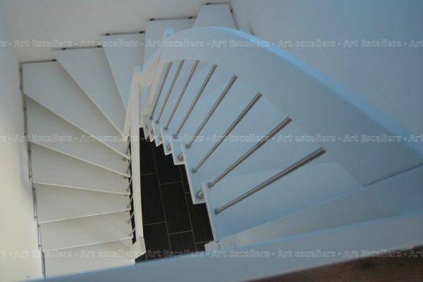 escalier_design-suspendu_2-quarts-tournant_bois-laque_ballustre-inox_01-artescaliers