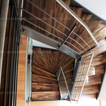 escalier_limon-metal_2-quarts-tournant_acier-laque_marches-bois-noyer_garde-corps-acier-laque_main-courante-inox_01-artescaliers