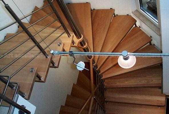 escalier_design-suspendu_fut-central-inox_marche-bois-chene_garde-corps-inox_main-courante-bois_01-artescaliers