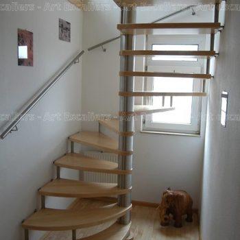 escalier_design-suspendu_fut-central-inox_marche-bois-frene_ballustre-inox_main-courante-bois-artescaliers