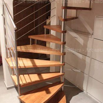 escalier_design-suspendu_fut-central-inox_palier-arrivee_marche-bois-chene_garde-corps-inox-artescaliers