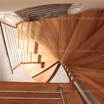 escalier_design-suspendu_fut-central-inox_palier-arrivee_marche-bois-chene_garde-corps-inox_01-artescaliers