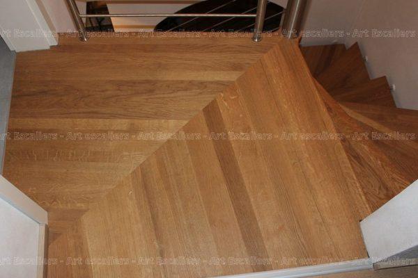 escalier_design-suspendu_fut-central-inox_palier-arrivee_marche-bois-chene_garde-corps-inox_02-artescaliers