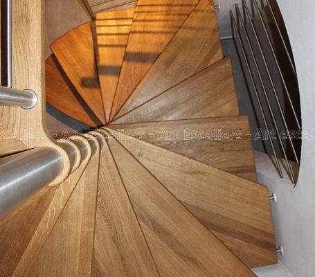 escalier_design-suspendu_fut-central-inox_palier-arrivee_marche-bois-chene_garde-corps-inox_03-artescaliers