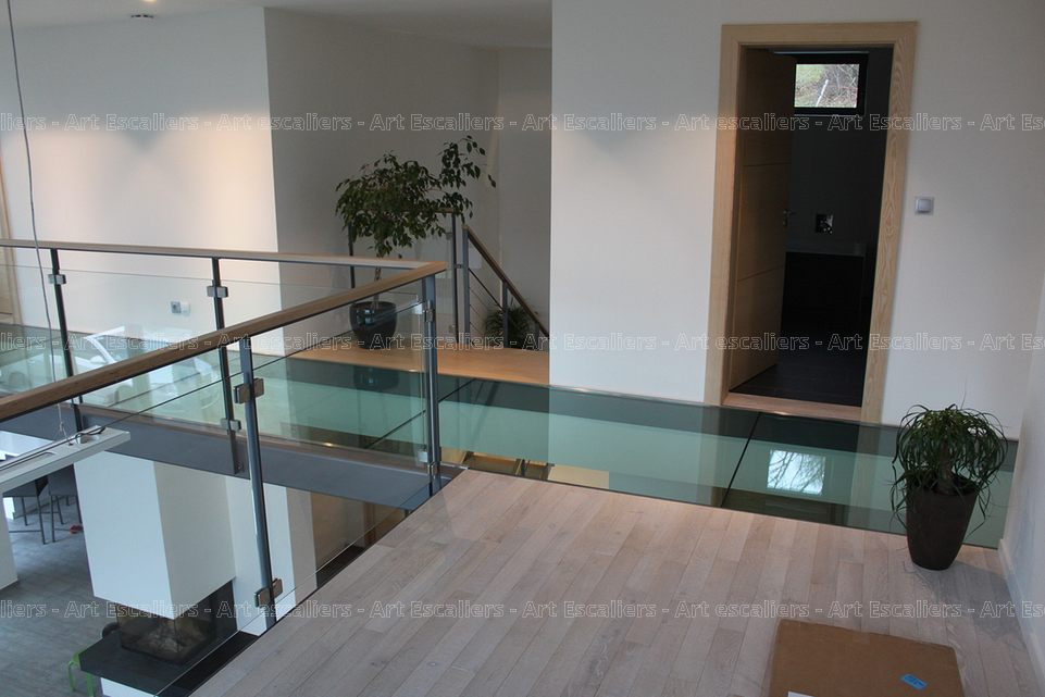 passerelle en verre en bois en m tal art escaliers. Black Bedroom Furniture Sets. Home Design Ideas