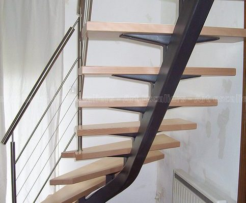 escalier_design_limon-central_1-quart-tournant_acier-laque_marches-bois-hetre_garde-corps-inox_01-artescaliers