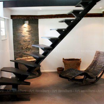 escalier_design_limon-central_1-quart-tournant_acier-laque_marches-bois-laque-artescaliers