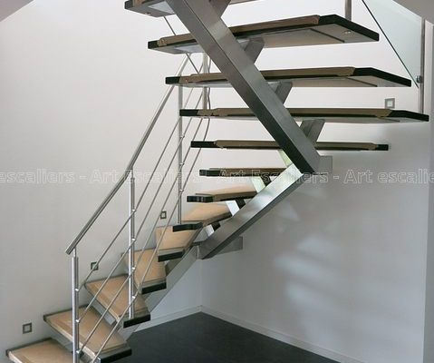 escalier_design_limon-central_2-quarts-tournants_inox_marches-bois-teinte_garde-corps-inox-artescaliers