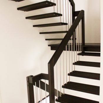 escalier_design-suspendu_2-quarts-tournant_bois-laque_ballustre-inox_02-artescaliers