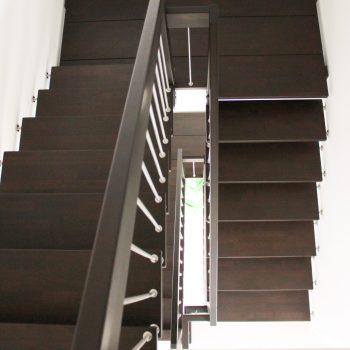 escalier_design-suspendu_2-quarts-tournant_bois-laque_ballustre-inox_03-artescaliers