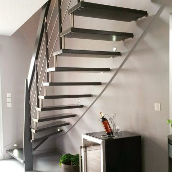 escalier fin suspendu noir