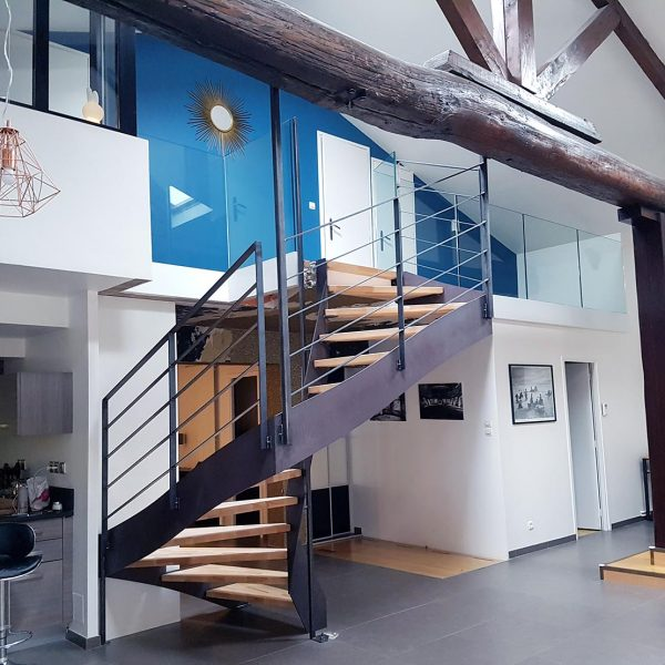 Escalier INDUSTRO en métal et bois et garde-corps droit en verre plein