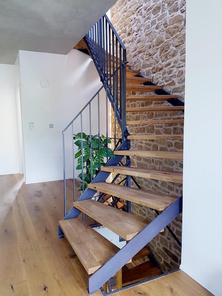 Escalier FINEZZA en acier brut avec marches en chêne massif