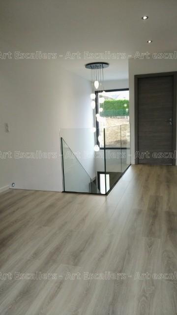 Escalier design FUTURA by Artescaliers réalisé à Thionville. Garde-corps en full verre