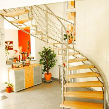 escalier_limon-metal_courbe_inox_marches-bois-hetre_garde-corps-inox_02-artescaliers